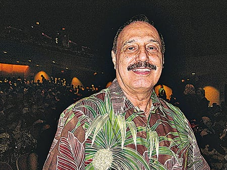 夏威夷民俗舞蹈大師Alli Manu O Kai說能感受到藝術家的熱情,和演員強烈的能量場。(李文婷/大紀元)