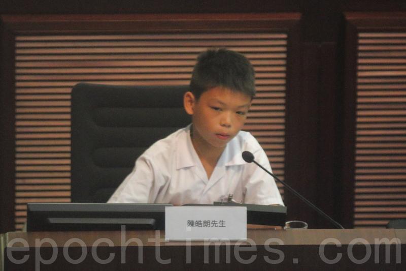 有小六學生指,自己小三的朋友五一假期要做5份TSA功課,沒有時間玩,很不開心。希望新一屆的特首和教育局局長,可以營造一個愉快學習的環境給香港的學生。(蔡雯文/大紀元)
