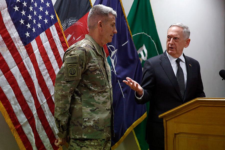 美國國防部長馬蒂斯(右)於4月24日曾突訪阿富汗,與阿富汗領導和美駐阿富汗軍官會面,評估美國在阿富汗長達15年的戰爭,並掌握阿富汗衝突的最新情況。(Jonathan Ernst – Pool/Getty Images)