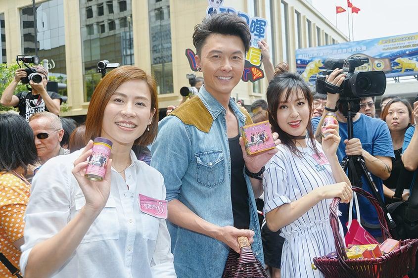 宣萱、王浩信和唐詩詠被粉絲圍觀。(宋碧龍/大紀元)