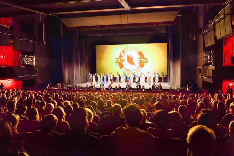 美國神韻世界藝術團於2017年5月9日在德國柏林波茨坦廣場劇院上演了第二場演出,圖為神韻藝術家向觀眾告別。(Matthias Kehrein/大紀元)