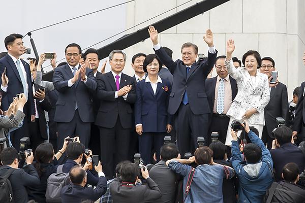 圖為文在寅10日在國會發表就職誓言後,對歡迎他的市民招手示意的場景。(全景林/大紀元)
