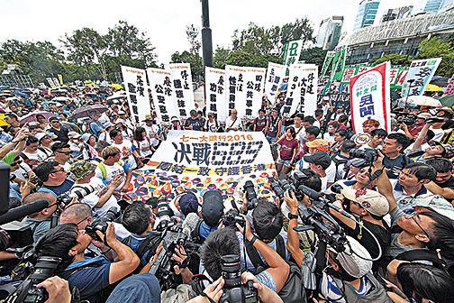 港人對梁振英、中共破壞一國兩制的不滿不斷升溫,去年七一遊行更以抗議他們為主題:「決戰689,團結一致,守護香港」。(大紀元資料圖片)