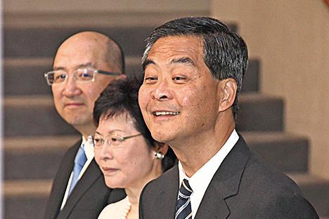 梁振英(右一)班子不但未協助林鄭( 右二)新政府部署,還處處唱反調,增加新政府施政難度。