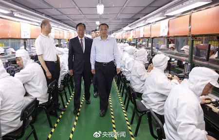 李克強訪鄭州富士康科技園,與郭台銘交談。(網絡圖片)