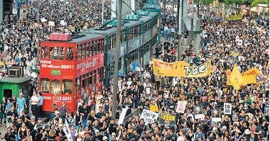 2003年7月1日,50萬港人上街遊行反對23條。(Getty Images)