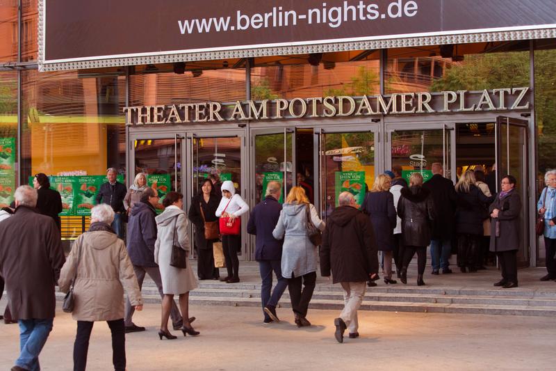 2017年5月10日晚,美國神韻世界藝術團在德國柏林波茨坦廣場劇院(Theater am Potsdamer Platz)上演了今年在當地的第三場演出,也是今年歐洲巡演的最後一場。(Matthias Kehrein/大紀元)