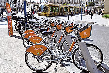 在歐盟各國政府貼心提供完整的租車服務,讓騎士更輕鬆自在的享受騎車樂趣。圖為法國的自行車租車點。(Getty Images)