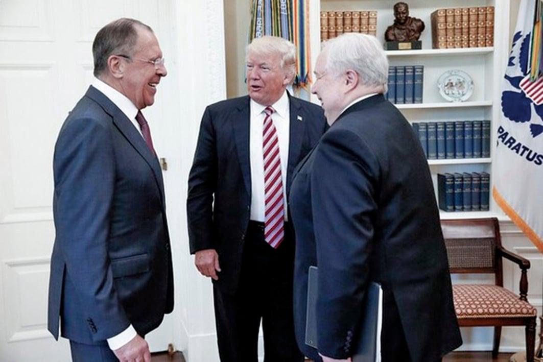 美國總統特朗普周三(5月10日)在白宮會見俄羅斯外交部部長(圖左)及俄國大使(圖右)。(Russia in USA推特截圖)