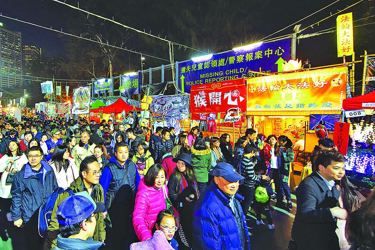 香港法輪功學員任先生自製的「法輪大法好」燈箱,每年都會放在維園年宵市場開設的真相攤位,非常引人矚目。( 李逸/大紀元)