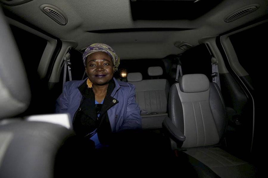 一名海地婦女搭乘的士去美加邊境。(路透社)