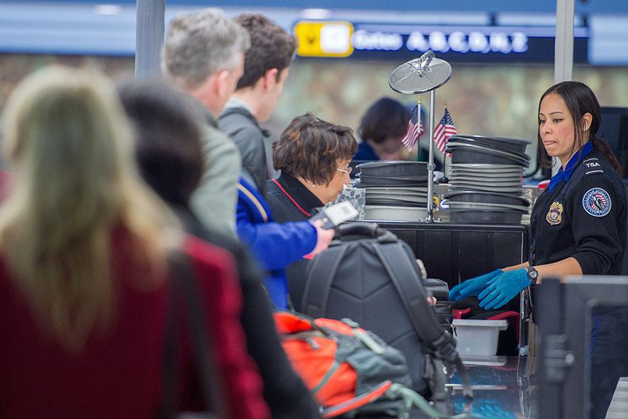 周四(5月11日),美國國土安全部官員向主要航空公司代表介紹了擴大對飛行電子禁令的建議,禁令將適用於更多來到美國的外國航班。(PAUL J. RICHARDS/AFP/Getty Images)
