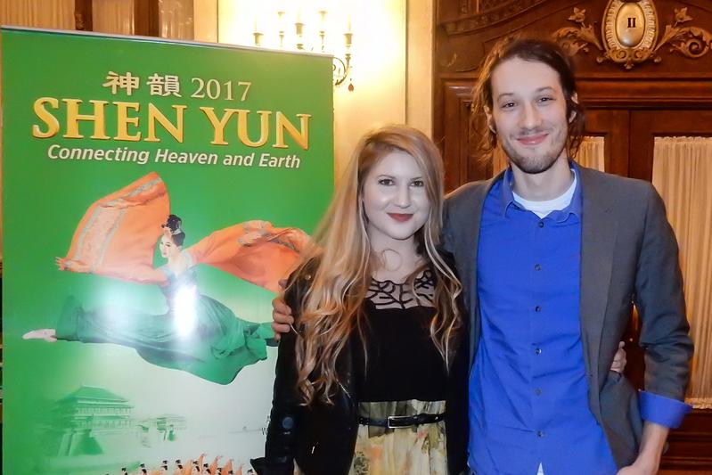 音樂家Daniel Carballal和歌唱家女友Jacquelynn Ware於5月10日晚一起在匹茲堡觀看了神韻演出。(肖捷/大紀元)
