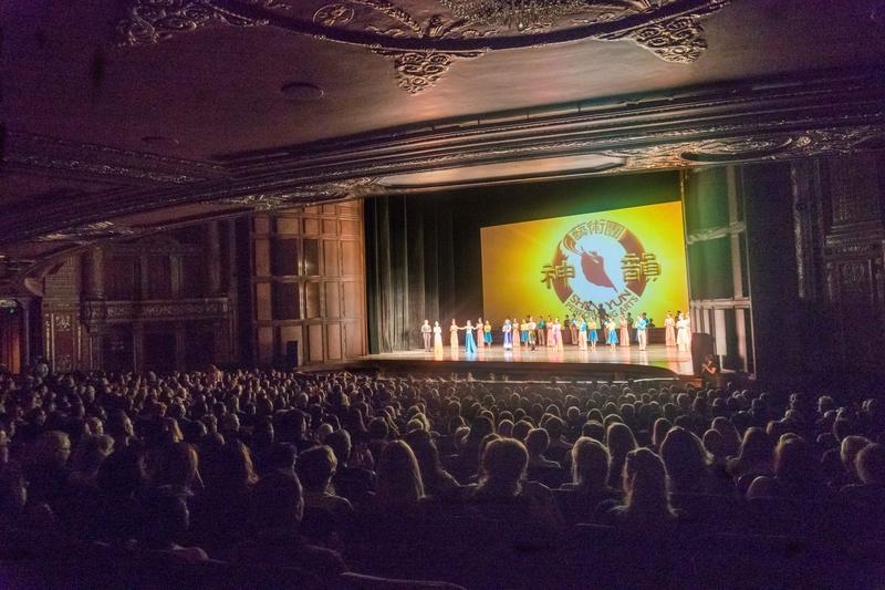 5月10日晚,神韻北美藝術團在匹茲堡市本尼德表演藝術中心上演的最後一場演出,也是2017年全球巡演的最後一場,在觀眾的掌聲中落下帷幕。(陳雷/大紀元)