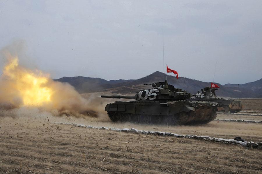 近日中朝官媒罵戰升級。美媒報道說,昔日的盟友翻臉後很可怕。有海外政評人士稱,「中朝必有一戰」。也有分析指,習當局需早日解決朝核威脅,以免後患無窮。圖為北韓人民軍坦克。(STR/AFP/Getty Images)
