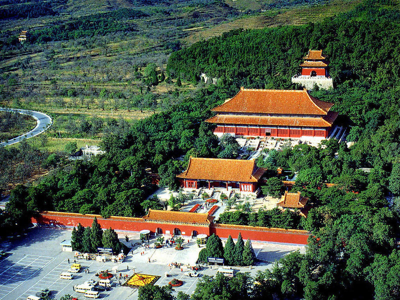 中國人歷來講究「入土為安」,但中共建政前後,多番挖掘帝王將相陵墓,圖為險被挖掘的明長陵。(網絡圖片)