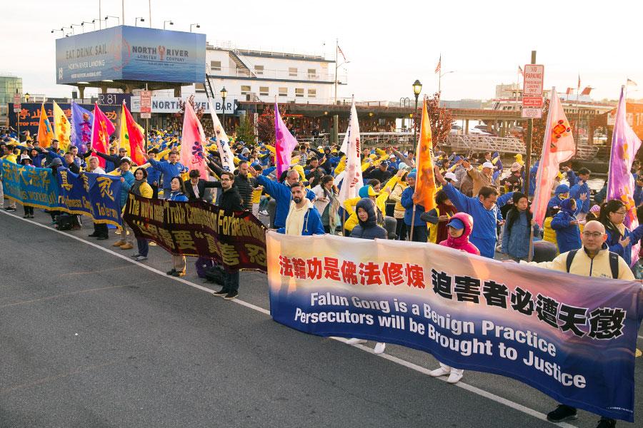 5月11日傍晚,來自世界各地的近千名法輪功學員在中共駐紐約大使館前舉行大煉功活動,展示和平抗議。(戴兵/大紀元)
