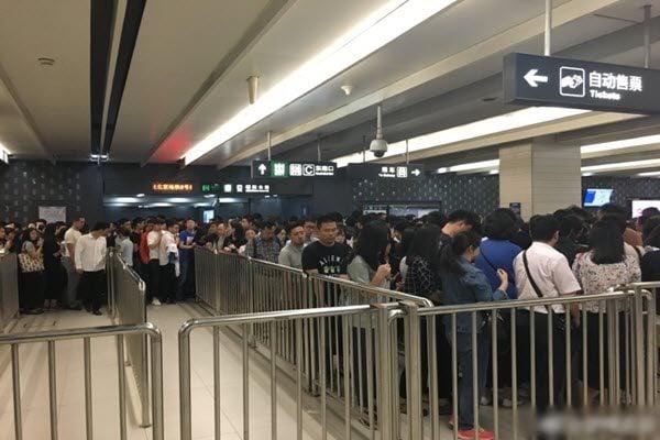 「一帶一路」國際合作高峰論壇前夕,中共在北京加大警力抓捕在京訪民。北京地鐵已人滿為患,仍有警察盤查身份證。(網絡圖片)