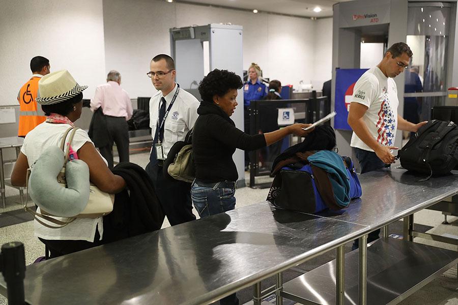 美國國土安全部周五(5月12日)告訴歐洲部份國家政府官員,打算將飛行電子禁令,擴大適用自歐洲直飛美國的航班。一旦實施,每年至少6,500萬名旅客受到影響。(Joe Raedle/Getty Images)