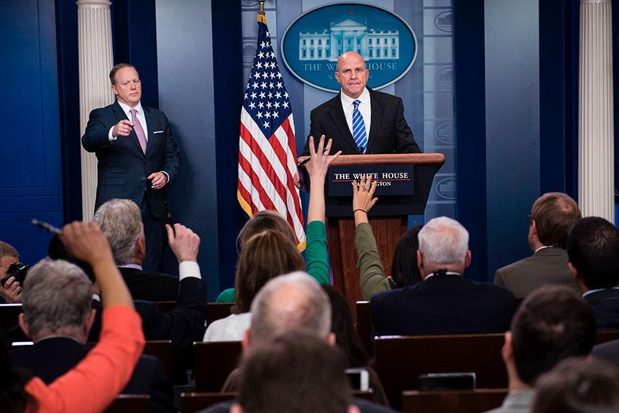 美國國家安全顧問麥克馬斯特(圖中)周五在白宮宣佈,下周特朗普總統將在上任後首次出訪中東及歐洲,他此行的三大目標是重申美國對世界的領導力;繼續加強美國與國際領袖的關係;向盟友釋放團結的信號。(BRENDAN SMIALOWSKI/AFP/Getty Images)