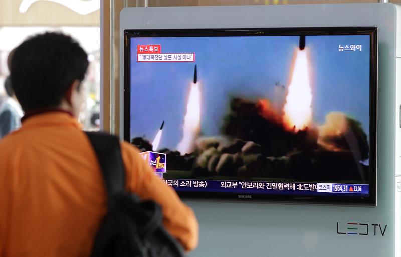 當地時間周日(5月14日)早上,北韓發射了一枚疑似彈道導彈的物體。圖為在習特會前夕,北韓4月5日早上發射一枚導彈,可能是彈道導彈。(Getty Images)