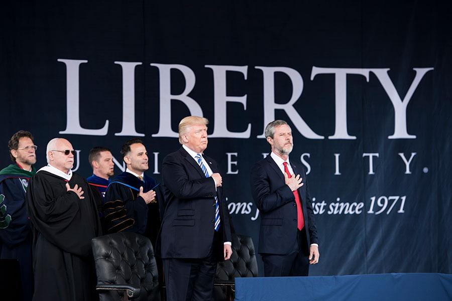 周六(5月13日),美國總統特朗普在維珍尼亞州自由大學發表演講。(BRENDAN SMIALOWSKI/AFP/Getty Images)