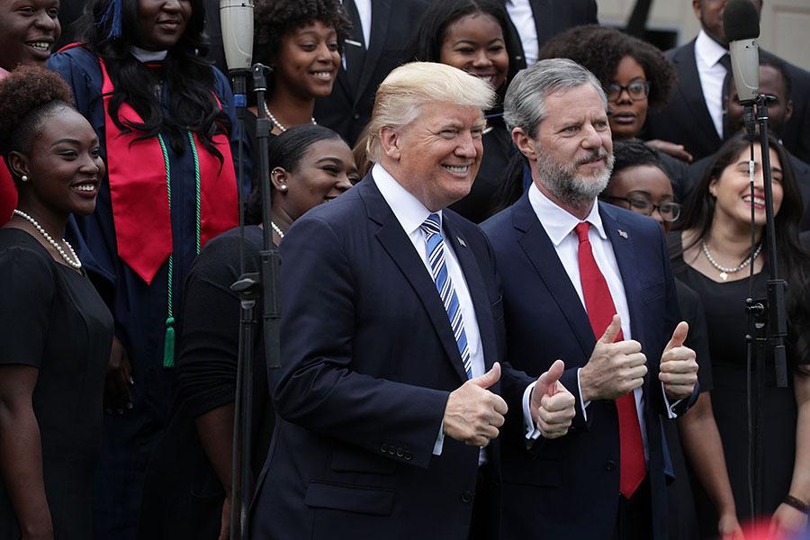 自由大學校長法爾韋爾(右)幫助特朗普贏得80%的白人福音派人士的選票。(Alex Wong/Getty Images)