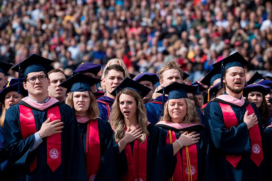 特朗普的講話集中在畢業生的未來,在某種程度上集中在美國宗教自由的未來。(BRENDAN SMIALOWSKI/AFP/Getty Images)