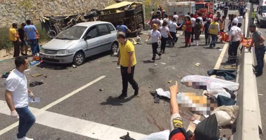 土耳其一架滿載參加母親節旅遊行程的媽媽及子女的旅遊巴士,13日失控翻覆墜落山坡,造成24人死亡,10人受重傷。(視像擷圖)