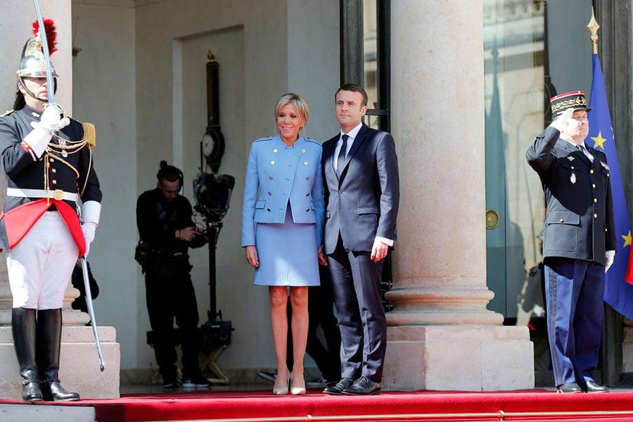 馬克龍與妻子布莉姬一起在愛麗舍宮前合影。(Thierry Chesnot/Getty Images)