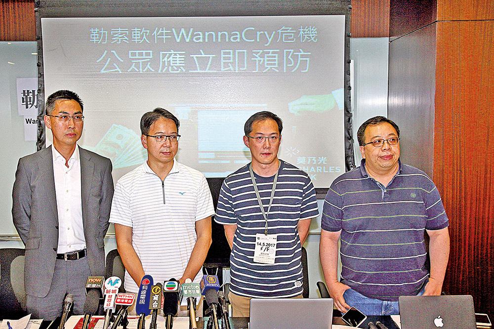 香港電腦保安事故協調中心總經理黃家偉(左一)提醒,用戶今天上班開啟電腦前,應先斷開網絡,再備份資料及更新電腦系統。(李逸/大紀元)