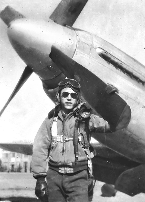 飛虎隊英雄周訓典和他駕駛的P51戰機。「飛虎隊」正式名稱為「中華民國空軍美籍志願大隊」,是二戰期間主要由美國飛行人員組成的幫助中國抗戰的空軍部隊。(網絡圖片)