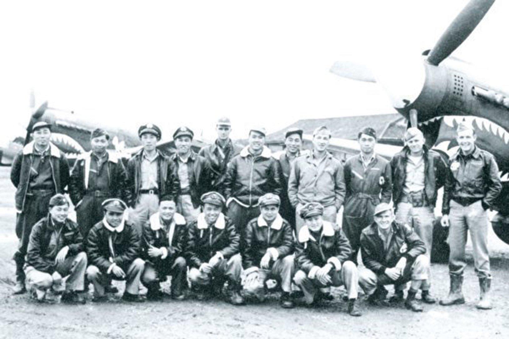 0103中美混合團第5大隊中美軍官的合照。(網絡圖片)