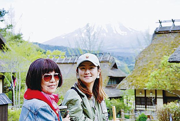 任家萱(Selina)與母親同遊日本富士山。(任家萱臉書)