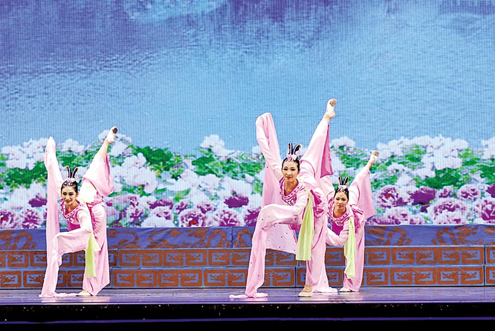 神韻晚會舞蹈節目《水袖》粉紅色的長長絹袖,在空中飄曳,襯出古典女子的柔美與嫻雅。(神韻網站)