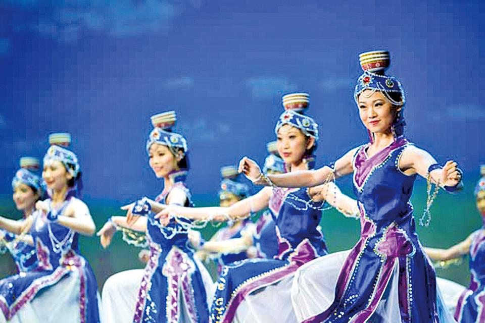 神韻晚會舞蹈節目《頂碗舞》一摞潔白的茶碗頂在頭上,搖曳出蒙族姑娘的熱情與純樸。(神韻網站)