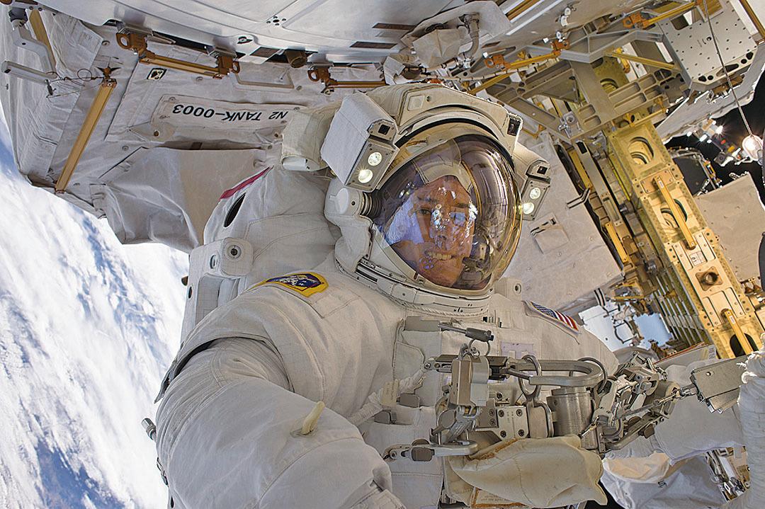 美國太空總署(NASA)公佈了一段太空人在國際空間站外太空行走的影片,讓地球人更真切了解太空人在太空執行任務時看到的景象。(NASA)