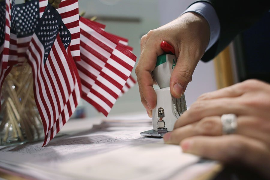 不法機構提供外國人假學位,以利其申請H-1B簽證進入美國。(John Moore/Getty Images)