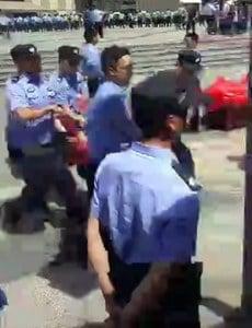 部份家長被現場警察強行抬上車。(媒體人提供/自由亞洲電台)