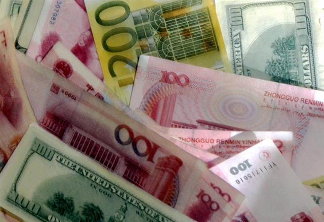 4月份中共央行口徑外匯佔款連續第18個月下跌,減少420億元人民幣(人民幣,下同)至21.6萬億元。(網絡圖片)