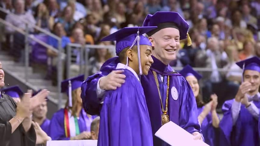 上周六(5月13日),美國德州一名14歲少年天才參加了自己的大學畢業典禮,成為德州基督教大學有史以來最年輕畢業生。(視像擷圖)