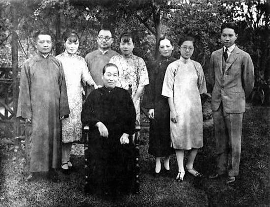 1929年9月,宋家在宋美齡寓所合影。中坐者為宋母倪桂珍;後排左起:宋子良、宋美齡、孔祥熙、宋藹齡、宋慶齡,右為宋子安。(網絡圖片)