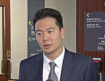 周浩鼎被質疑混淆了自己的角色,他應該代表香港人,而不是為梁振英辯護。