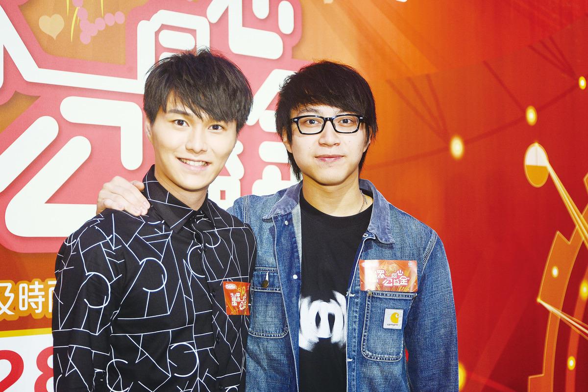 吳業坤(右)想做植髮代言人,胡鴻鈞單身專注工作。(宋碧龍/大紀元)
