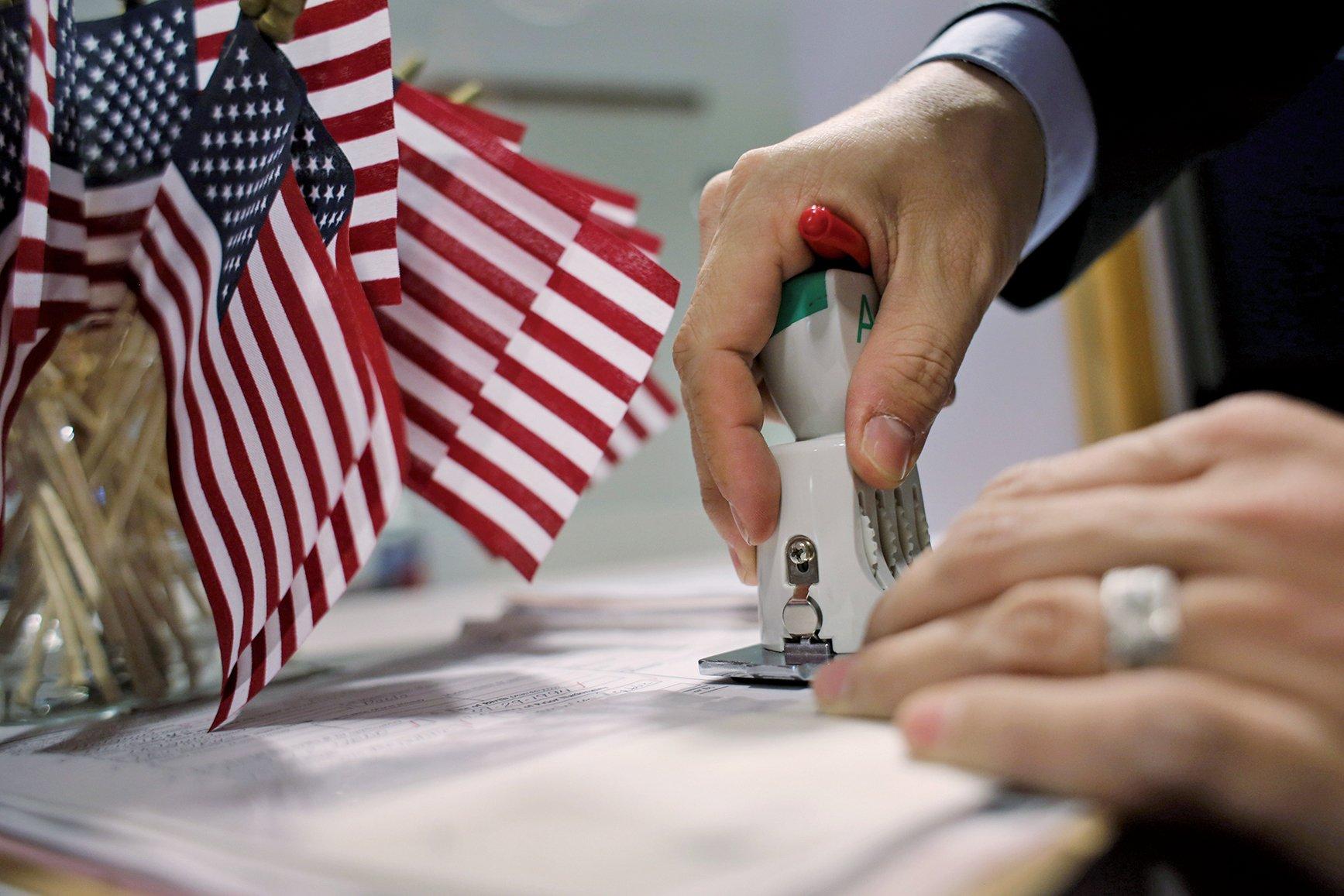 不法機構提供外國人假學位,以利其申請H-1B簽證進入美國。(Getty Images)