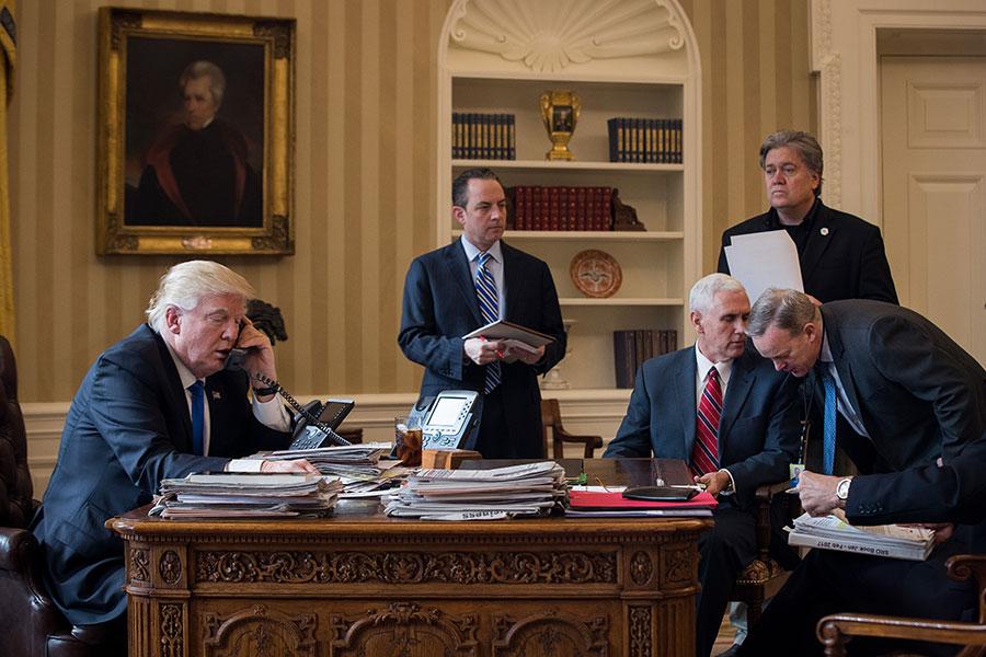 由於對自己的團隊無力遏制通俄門危機而感到挫折,特朗普總統在考慮對白宮人員進行重大洗牌,召回大選策略師。(Drew Angerer/Getty Images)
