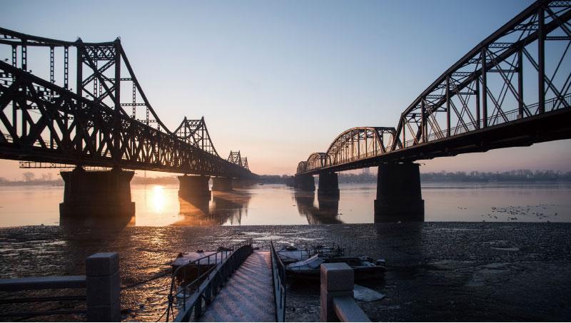 日媒披露,北京4月警告北韓,若再核試將長期封鎖中朝邊境。圖為中朝邊境的鴨綠江大橋。(AFP)