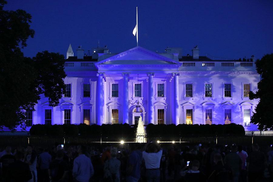 5月15日晚,白宮被照亮為藍色,以示特朗普政府對美國警員執法工作的聲援。(Mark Wilson/Getty Images)