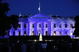 特朗普點亮藍色白宮 聲援美國執法界