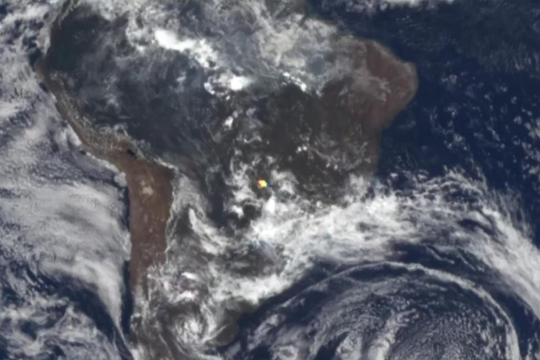 閃光(圖中的黃點)究竟來自何處,至今無法解開。(NASA視像擷圖)